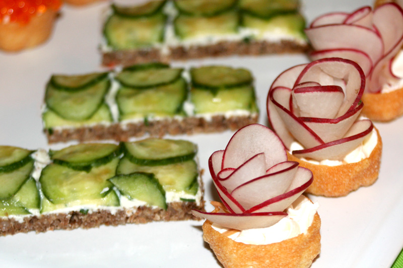 Mad men party menu roquefort canapes bakin 39 bit for Canape party menu
